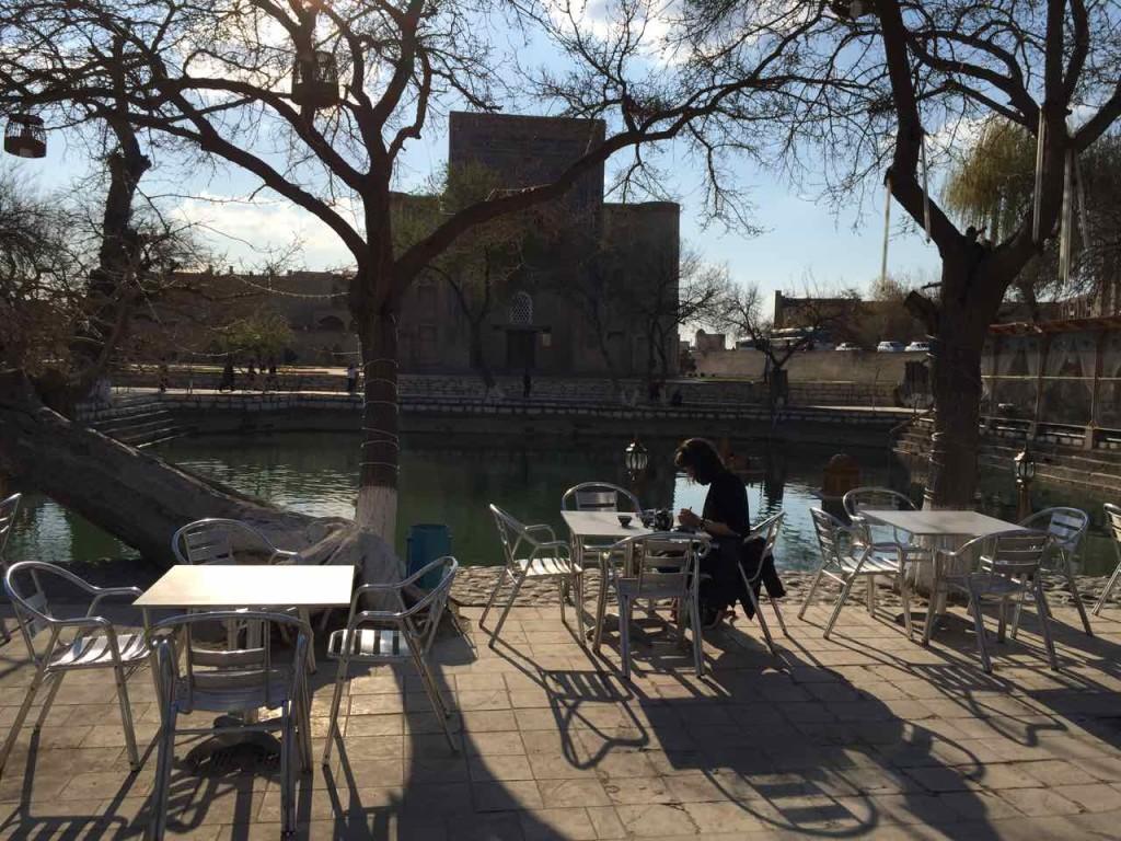 I tavolini dei locali sulla piazza Lyabi-Hauz