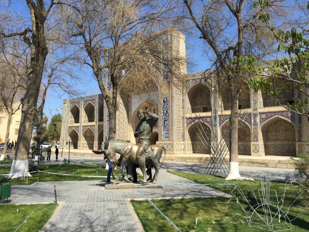 La piazza di Lyabi Hauz con la Madressa